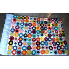 couette chaude fleurs multicolore fait main au crochet en laine acrylique double épaisseur dessus de lit linge maison idée cadeau création artisanal unique