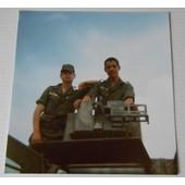 Photographie 8.6 X 9 Cm Jeunes Hommes En Uniforme Treillis Militaire Sur Un V�hicule