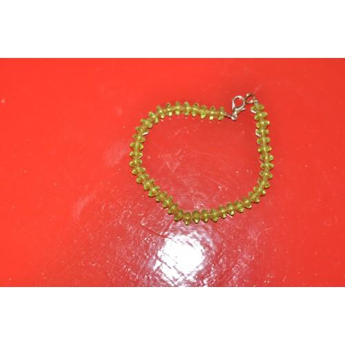 Bracelet vert clair couleur péridot perles en plastique toupie. Nouveau 6aa25c9b9ba3