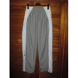 Pantalon De Sport Jordan ,Taille M ,De Couleur Gris Et Blanc ,Fines Bandes Bleues Sur Le Cot� Ext�rieur Des Jambes .