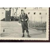 1 Photo Argentique En Noir Et Blanc Dentellee - Imension : 7 X 10 Cm : Ecole Militaire Mont Valerien - Periode Novembre 1951 � Avril 1952 : Militaire Et Son Equipement A L'entree . de COLLECTIF