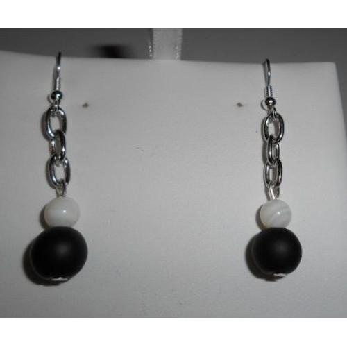Boucles doreilles fantaisies pendantes maillon en métal perle noire mat et  perle en nacre blanche 35bfc0e1d201