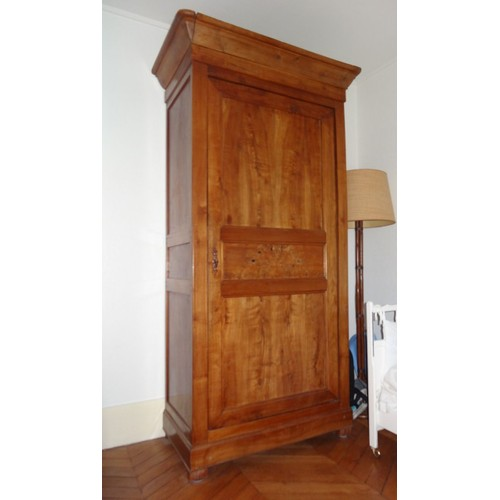 armoire ancienne en bois massif sans doute cerisier. Black Bedroom Furniture Sets. Home Design Ideas