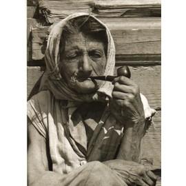 Carte Postale - Collection Des Artistes Photographes Hongrois Photo Varga Laszlo- La Fumeuse De Pipe - 1969 -Photo -Noir Et Blanc - Entourage Blanc