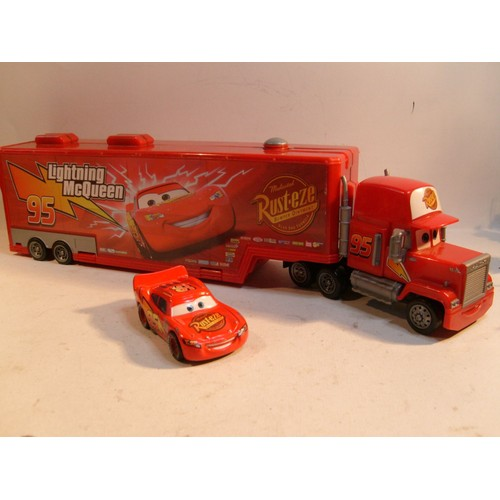 disney pixar cars camion mack carrier avec lightning mcqueen. Black Bedroom Furniture Sets. Home Design Ideas