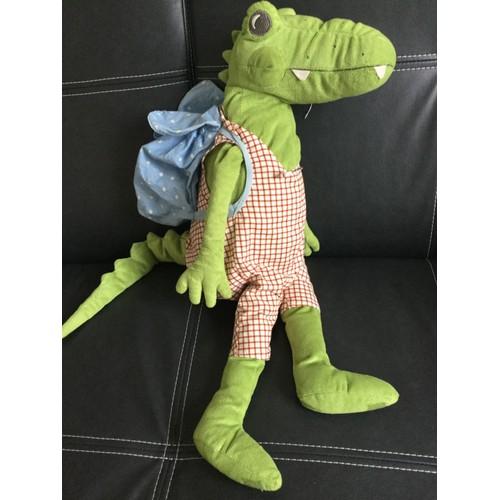 doudou peluche crocodile aligator ikea vert salopette rouge blanc avec son sac dos bleu 59 cm. Black Bedroom Furniture Sets. Home Design Ideas