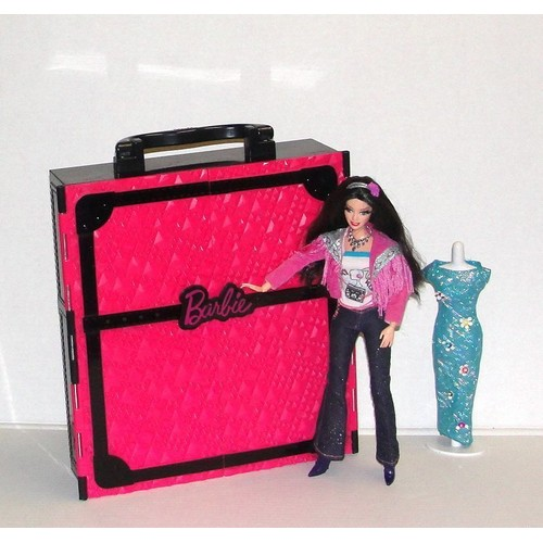 dressing de reve ou armoire barbie avec une poup e barbie. Black Bedroom Furniture Sets. Home Design Ideas