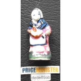 F�ve Santon : Femme Cousant (Tricotant) Assise Sur Un Rocher.