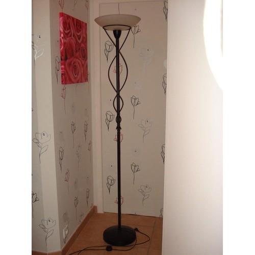 joli lampadaire noir avec coupole en verre opaque blanc. Black Bedroom Furniture Sets. Home Design Ideas