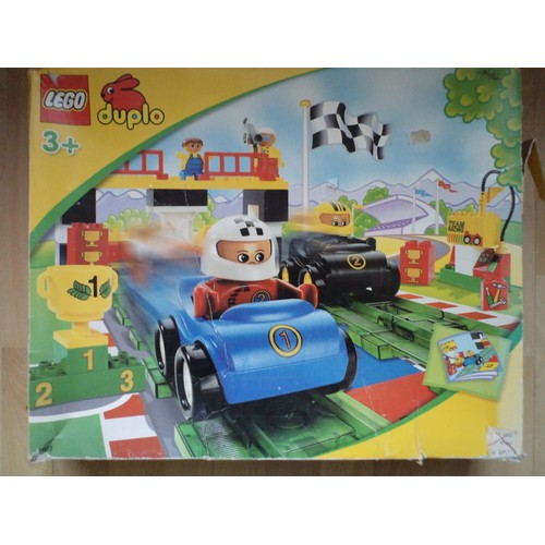 lego duplo 3085 circuit de voitures de course avec propulseur. Black Bedroom Furniture Sets. Home Design Ideas