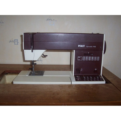 Machine coudre pfaff 1119 tipmatic son meuble de rangement for Machine a coudre 1er prix