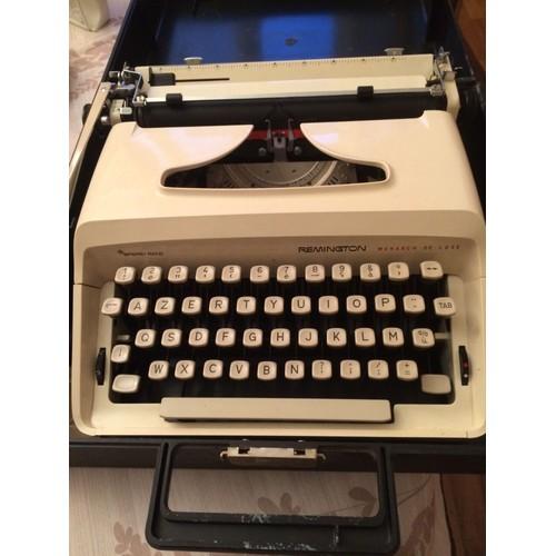 machine a ecrire remington monarch deluxe neuf et d 39 occasion. Black Bedroom Furniture Sets. Home Design Ideas