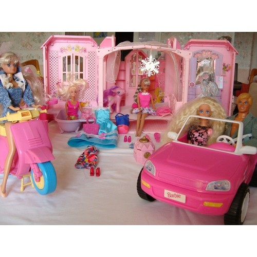 lot barbie maison voiture scooter 4 barbies 1 ken. Black Bedroom Furniture Sets. Home Design Ideas