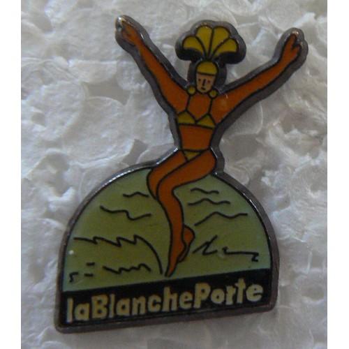 Pin's La Blanche Porte Femme En Maillot De Bain   Neuf et d'occasion
