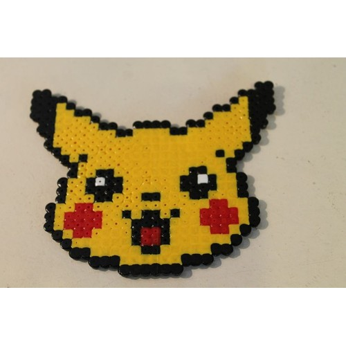 pixel art t te de pikachu avec des perles repasser hama. Black Bedroom Furniture Sets. Home Design Ideas
