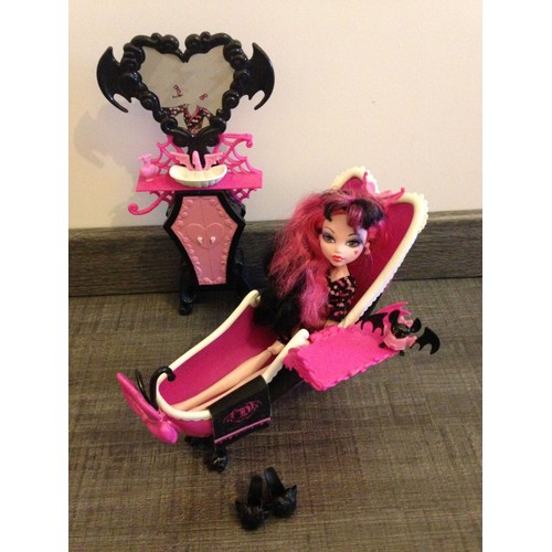 poup e meubles monster high draculaura et sa salle de bain. Black Bedroom Furniture Sets. Home Design Ideas