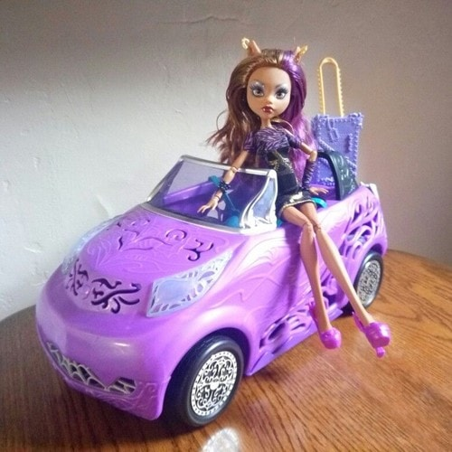 voiture monster high scaris avec clawdeen wolf tenue scaris. Black Bedroom Furniture Sets. Home Design Ideas
